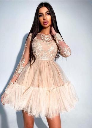 Нарядное платье с кружевным верхом и пышной фатиновой юбкой