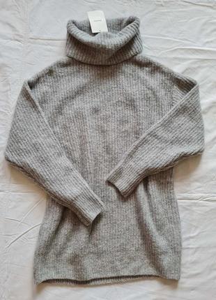 Удлиненный свитер с широким горлом