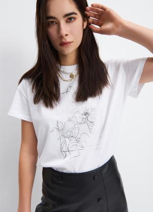 Новая белая футболка с красивым принтом
