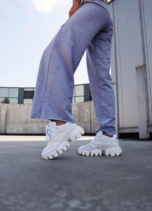 Белые женские кроссовки на тракторной подошве демисезонные8 фото