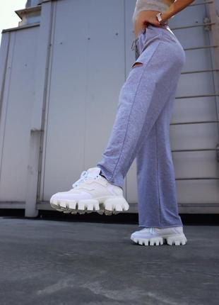 Белые женские кроссовки на тракторной подошве демисезонные3 фото