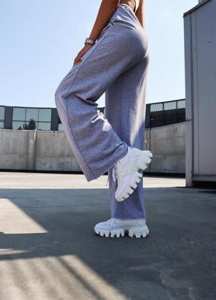 Белые женские кроссовки на тракторной подошве демисезонные7 фото