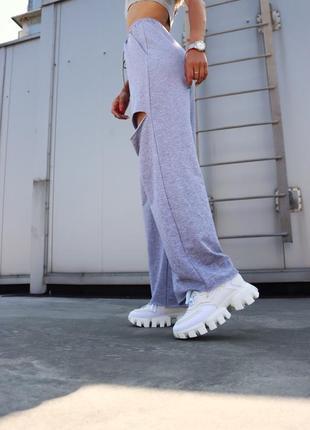Белые женские кроссовки на тракторной подошве демисезонные5 фото