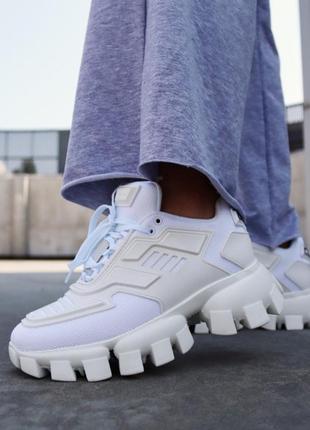 Белые женские кроссовки на тракторной подошве демисезонные