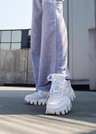 Белые женские кроссовки на тракторной подошве демисезонные9 фото