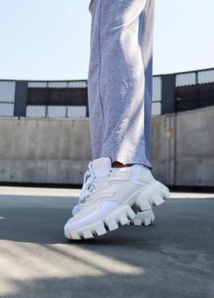 Белые женские кроссовки на тракторной подошве демисезонные10 фото