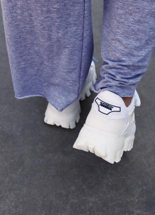 Белые женские кроссовки на тракторной подошве демисезонные6 фото