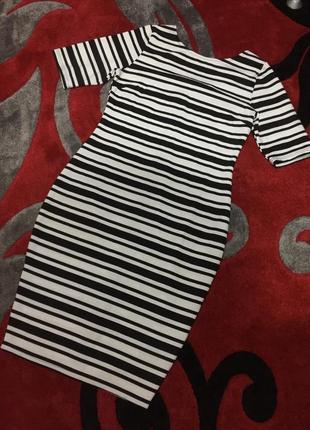 Очень стильное платье в черно-белую полоску,с красивой спиной - полностью на молнии
