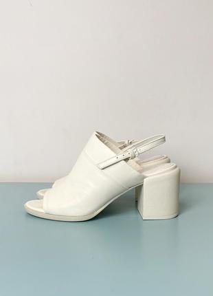 Молочно-белые кожаные босоножки dkny