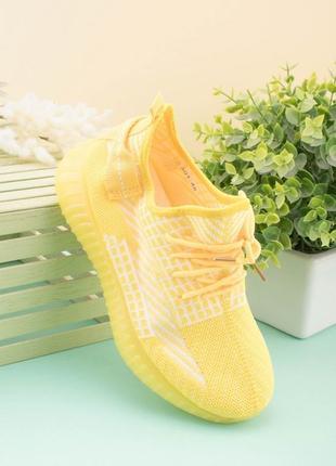 Желтые кроссовки в сеточку