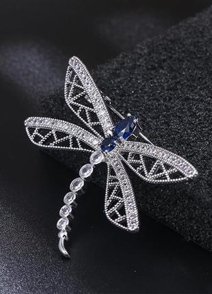Брошь в форме стрекозы вся украшена кристаллами