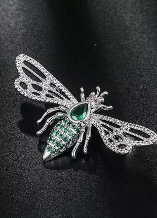 Брошь в виде пчелки украшена кристаллами