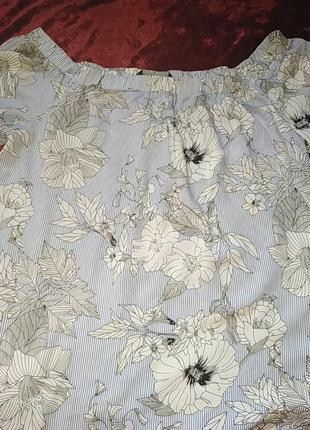 Красивая блузка с цветочным нежным принтом.