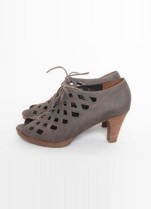 Кожаные босоножки на каблуке 🌿