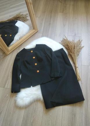 Чорний елегантний діловий офісний костюм з спідницею укорочений жакет піджак спідниця на запах по фігурі міді вінтаж в стилі chanel s/m