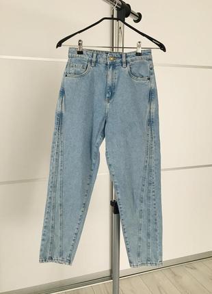 Светлые джинсы, трендовые джинсы, актуальные джинсы на весну, фирменные джинсы.