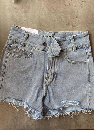 Джинсовые шорты с завышенной посадкой