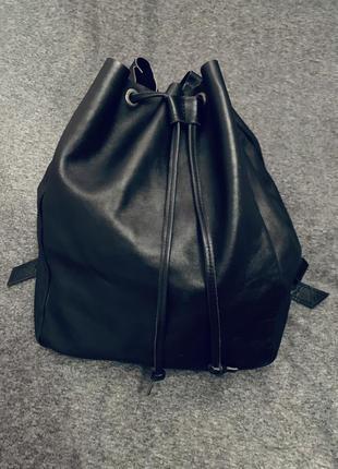 Чёрный кожаный рюкзак на завязках