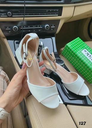 Босоножки белые на невысоком каблуке