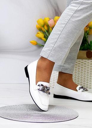 Белые туфли с цепью