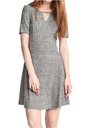 Фактурное платье с расклешенной юбкой