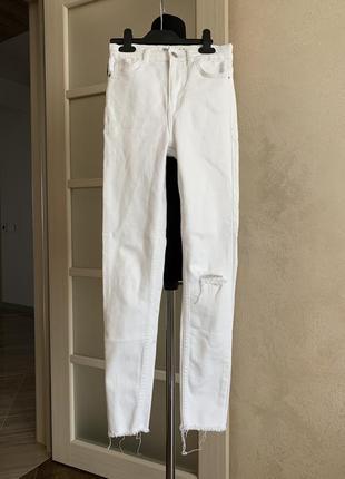Белые джинсы бершка bershka с завышенной талией с дыркой на колене