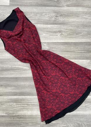 Шикарное брендовых миди платье с красивым спадающим декольте