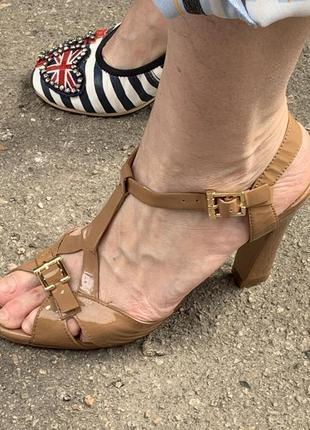 Тулы на каблуке бежевые туфли босоножки лаковые классические босоножки