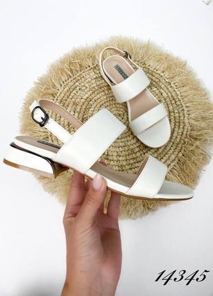 Босоножки на небольшом каблуке