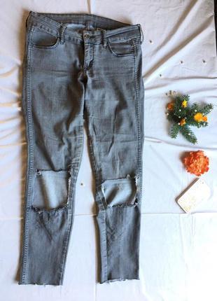 Стильные серые джинсы h&m с дырками на коленах 28/32