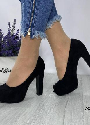Замшевые туфли на устойчивом высоком каблуке с открытыми пальчиками