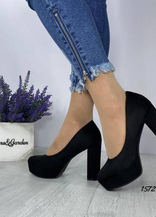 Замшевые туфли на широком высоком каблуке. наложка