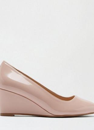 Лакированные туфли на танкетке