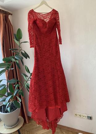 Кружевное вечернее платье со шлейфом