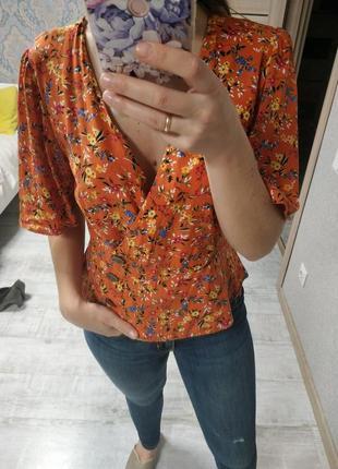 Актуальная красивая блуза на запах с пуговицами