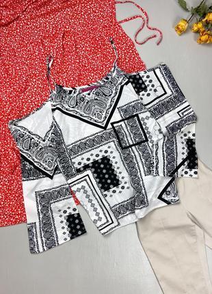 Блуза в орнамент с открытыми плечиками boohoo