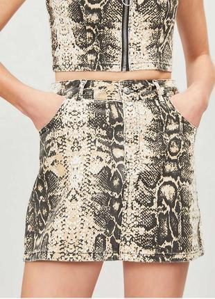 Джинсовая мини юбка а-силуэта в змеиный принт