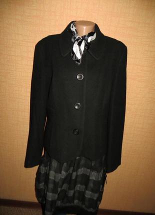 Красивая интеллигентная драповая черная курточка-пиджак.