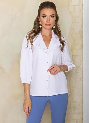 Блуза с оборками по лацканам понравится любительницам красивого офисного стиля