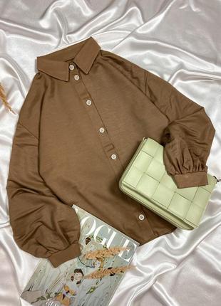 Бежевая рубашка свободного фасона с объёмными рукавами