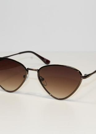 Женские солнцезащитные очки в металлической оправе