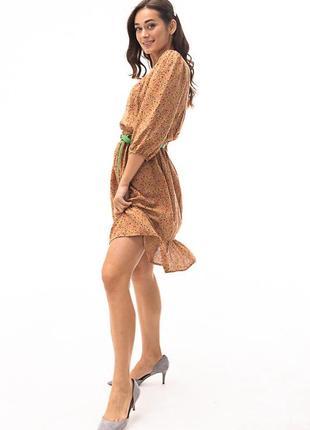 Короткое платье с рукавами 3/4 и цветочным принтом бежевое