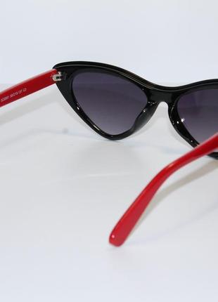 Женские солнцезащитные очки в широкой пластиковой оправе.4 фото