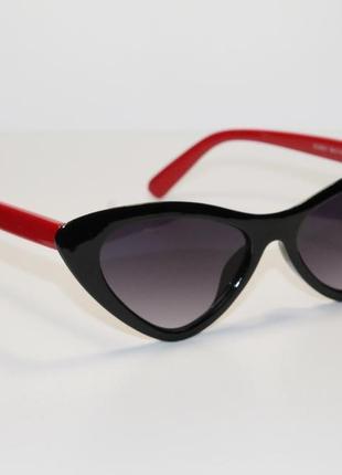 Женские солнцезащитные очки в широкой пластиковой оправе.3 фото