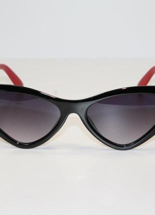 Женские солнцезащитные очки в широкой пластиковой оправе.2 фото