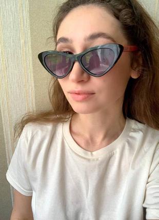 Женские солнцезащитные очки в широкой пластиковой оправе.8 фото