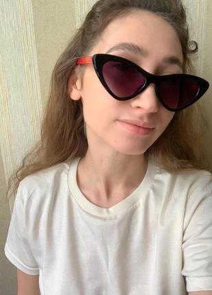 Женские солнцезащитные очки в широкой пластиковой оправе.9 фото
