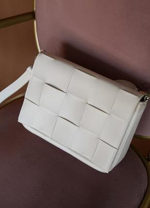 Белая сумка с плетением