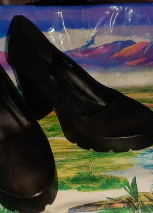Красивые замшевые туфли на высоком каблуке  38 размер стелька 240 мм