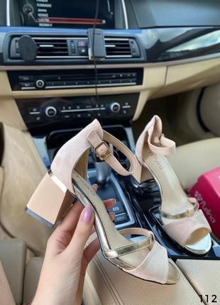 Босоножки на невысоком каблуке бежевые9 фото